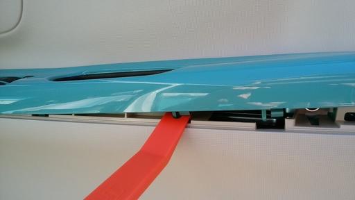 1_樹脂ヘラを使ってカバーを外していくが、ヘラは出来れば使わない方が良さそう.jpg