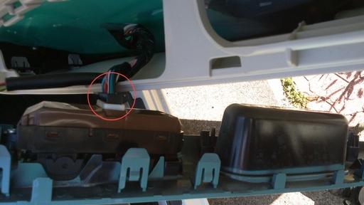 3_マイナスドライバーなどで、ツメを押さえながらコネクタを抜く.jpg